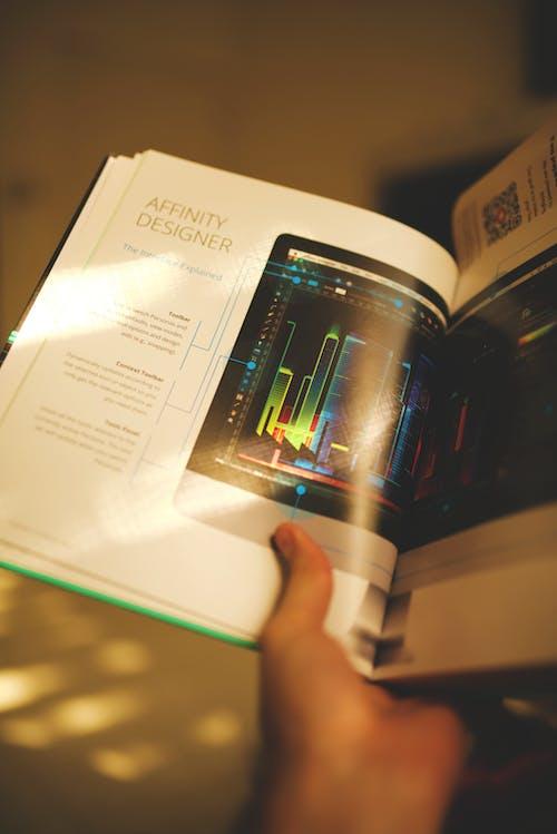 Безкоштовне стокове фото на тему «дизайнер, книга, Рука, тримає»
