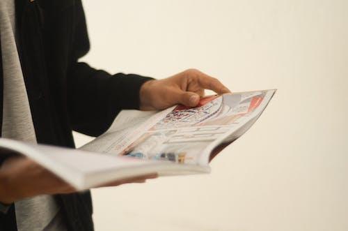 Неизвестный человек читает журнал