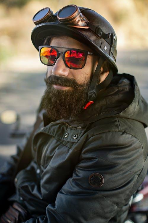 adam, bisikletçi, Güneş gözlüğü, iyi görünümlü içeren Ücretsiz stok fotoğraf
