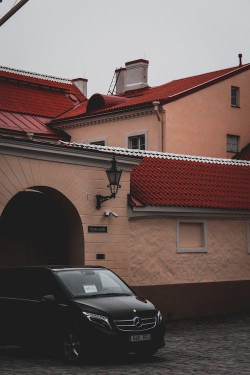 araba, bina, ev, hafif ticari araç içeren Ücretsiz stok fotoğraf