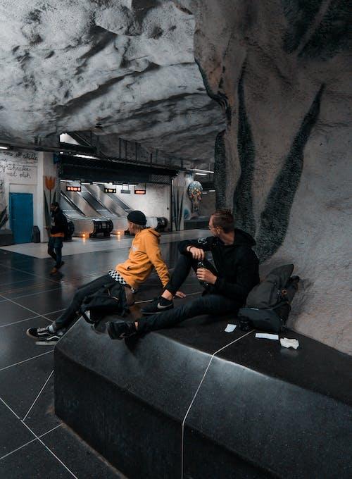 Foto stok gratis cahaya, dalam ruangan, duduk, eskalator