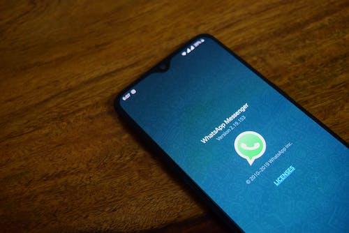mesajlaşma uygulaması, whatsapp, whatsapp logosu, whatsapp uygulaması içeren Ücretsiz stok fotoğraf