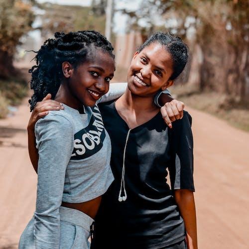 Бесплатное стоковое фото с африканские женщины, выборочный фокус, выражение лица, дружба