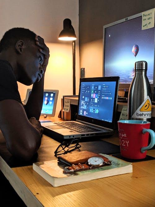 Kostnadsfri bild av 20-25 år gammal man, afrikansk man, afroamerikansk man, arbetssätt