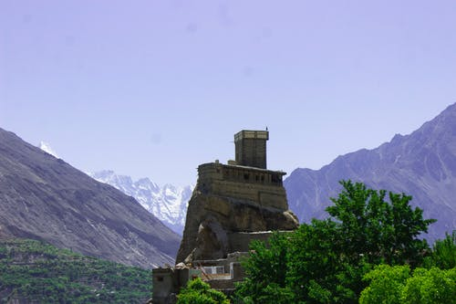 Kostenloses Stock Foto zu berge, blauer himmel, fort, klippenrand