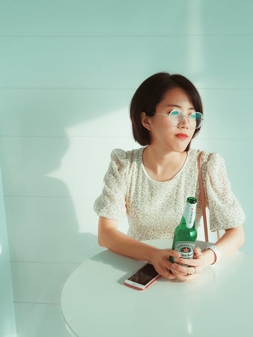 Бесплатное стоковое фото с азиатка, бутылка алкоголя, в помещении, Взрослый
