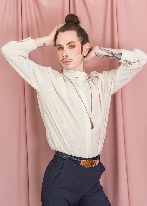 Бесплатное стоковое фото с брюки, в помещении, волос, гей
