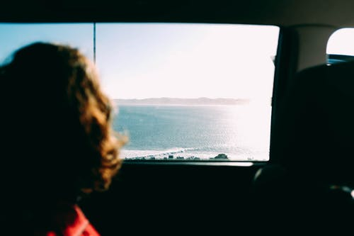 Ilmainen kuvapankkikuva tunnisteilla ajoneuvon ikkuna, auringonlasku, aurinko, ihmiset