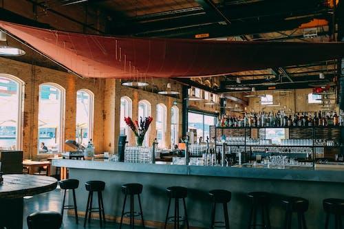 Foto profissional grátis de balcão, banquinhos, bar, cadeiras