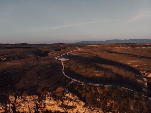açık hava, akşam karanlığı, boş arazi, çekici içeren Ücretsiz stok fotoğraf