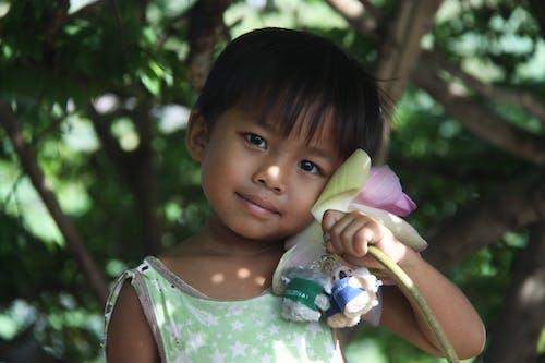 Kostenloses Stock Foto zu asiatisches kind, baum, bezaubernd, blume