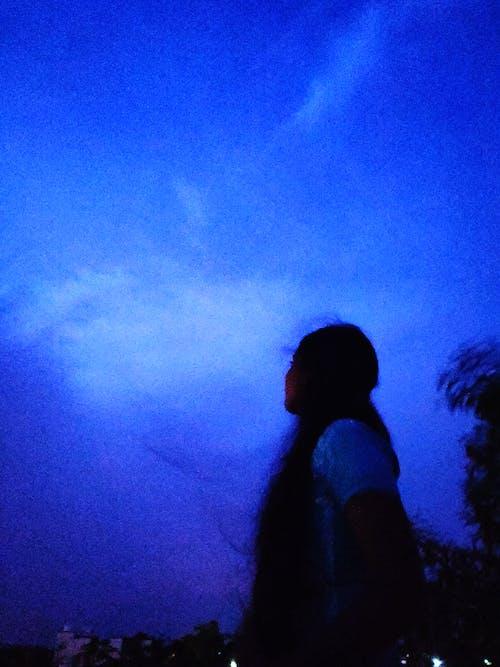 #shadesofblue, 검은 머리, 긴 머리, 다크 블루의 무료 스톡 사진