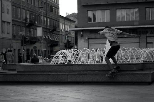 Foto d'estoc gratuïta de acció, adult, afició, blanc i negre