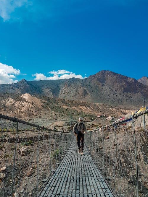 คลังภาพถ่ายฟรี ของ การปีนเขา, นักท่องเที่ยว, นักท่องเที่ยวคนเดียว, ภูเขาสีน้ำเงิน