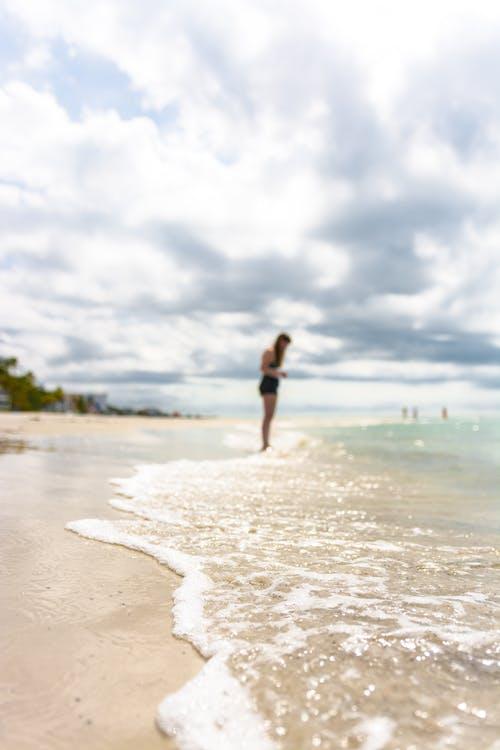 Kıyıda Duran Kadın Fotoğrafı