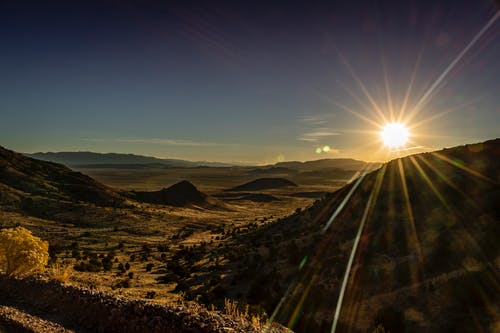 Sonnenstrahlen über Berg