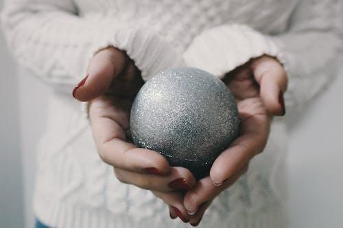 Бесплатное стоковое фото с блестки, вязаный свитер, елочная игрушка, елочный шарик