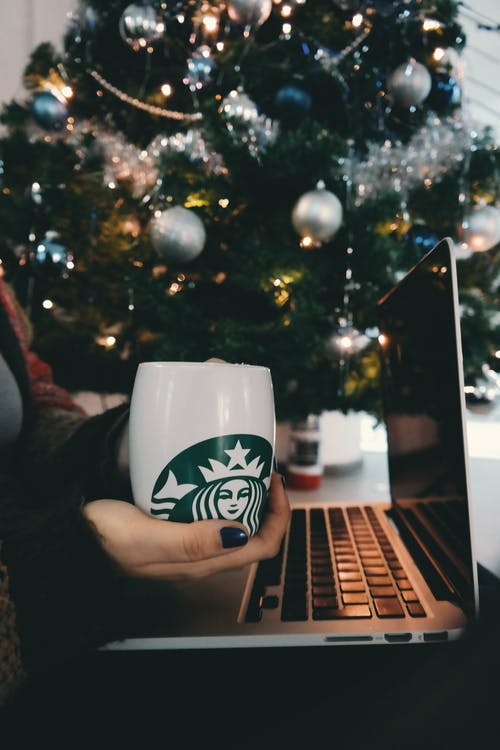 Kostenloses Stock Foto zu becher, hand, kaffee, laptop