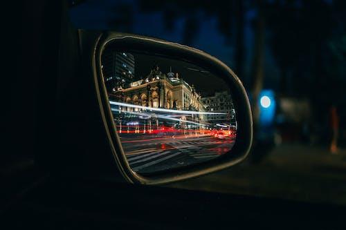 Základová fotografie zdarma na téma akce, auto, boční zrcátko, budovy