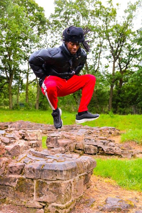 Foto d'estoc gratuïta de diversió, moda, model masculí, saltar