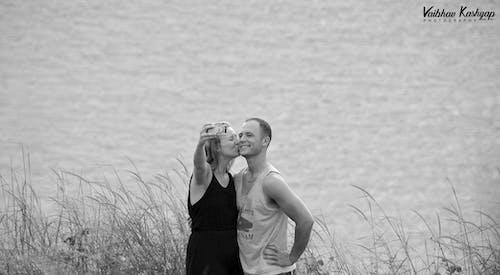 Immagine gratuita di amore, autoscatto, bianco e nero, coppia