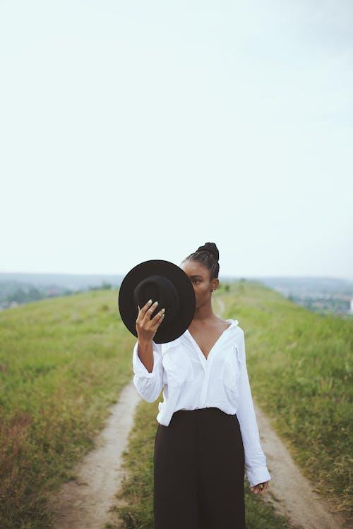 Gratis stockfoto met Afro-Amerikaanse vrouw, buitenshuis, concentratie, depth of field