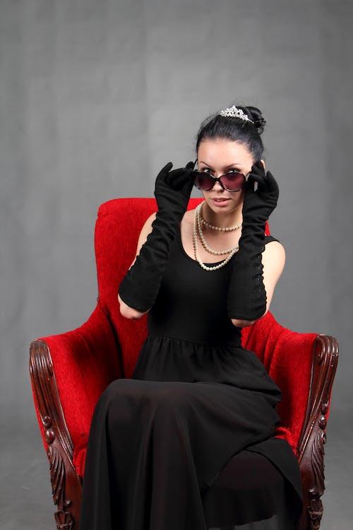 Gratis stockfoto met aantrekkelijk, aantrekkingskracht, armstoel, brillen