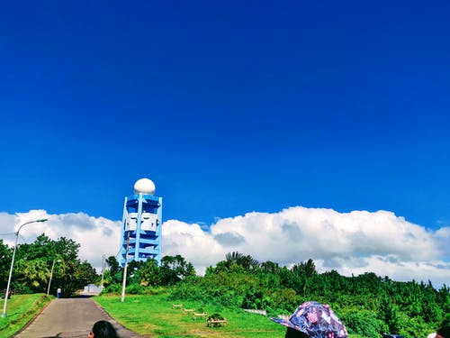 Foto d'estoc gratuïta de blau, cel blau, fanal, llums de la ciutat