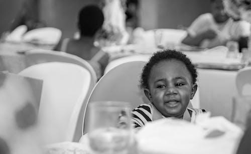 Ilmainen kuvapankkikuva tunnisteilla Afrikka, afrikkalainen lapsi, hymy, mustavalkoinen