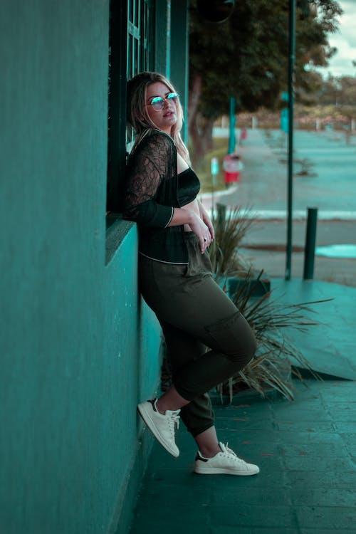 Gratis stockfoto met aantrekkelijk mooi, casual kleding, fotoshoot, knappe vrouw