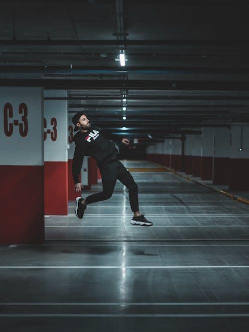 Gratis arkivbilde med fyr, handling, hoppebilde, innendørs