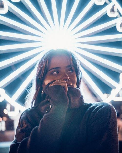 Fotos de stock gratuitas de bonita, de pie, luces de neón, mirando a otro lado