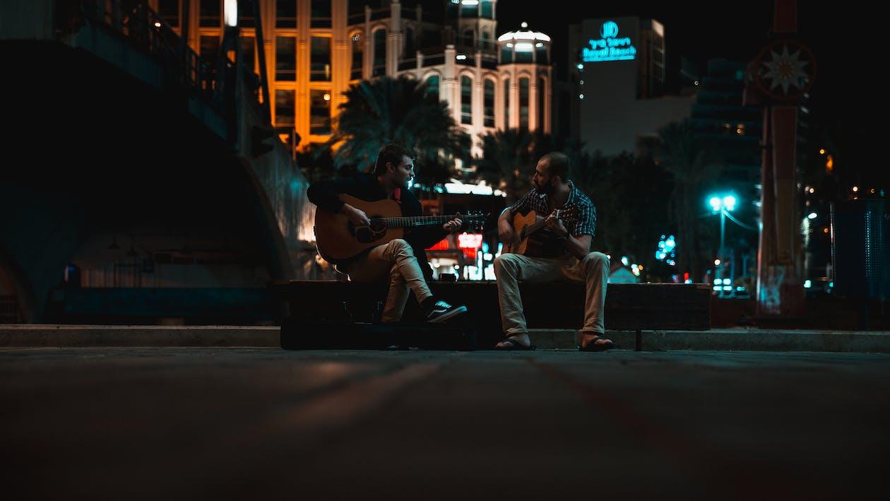 Zwei Gitarristen In Einem Park