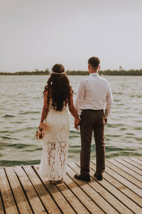 Photo Couple Holding Hands While Standing