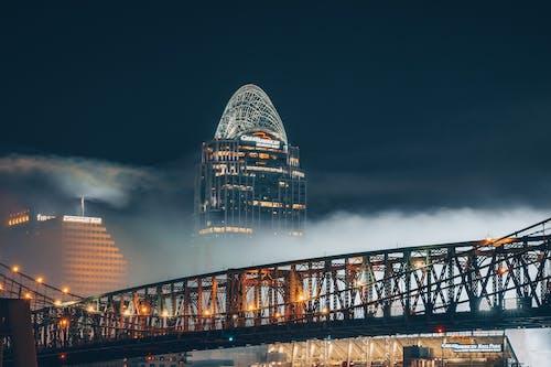 Kostnadsfri bild av arkitektur, dimma, dimmig, hängbro
