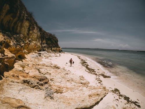 Foto profissional grátis de abismo, água, andando, areia