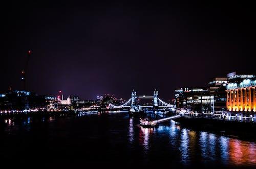 açık hava, akşam, aydınlatılmış, binalar içeren Ücretsiz stok fotoğraf