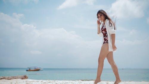 Kostenloses Stock Foto zu badeanzug, boot, brünette, ferien