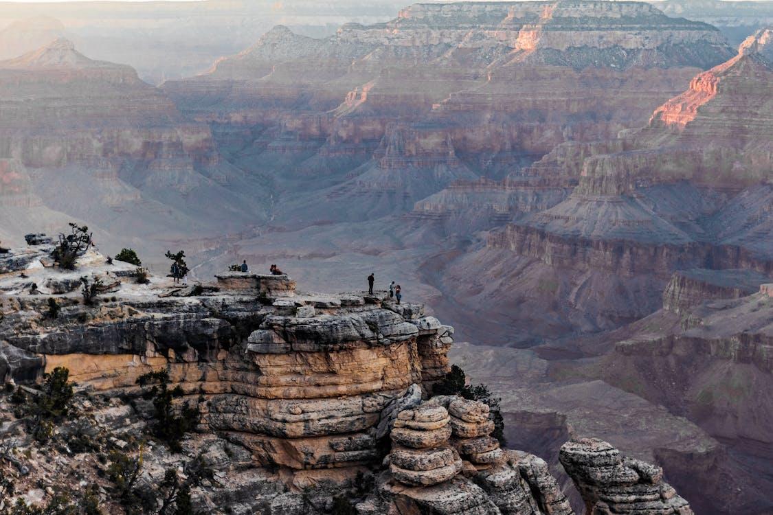 站在岩層上的人的照片
