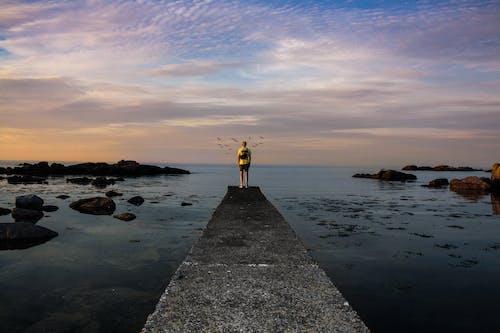 Foto Seseorang Berdiri Di Dermaga Laut