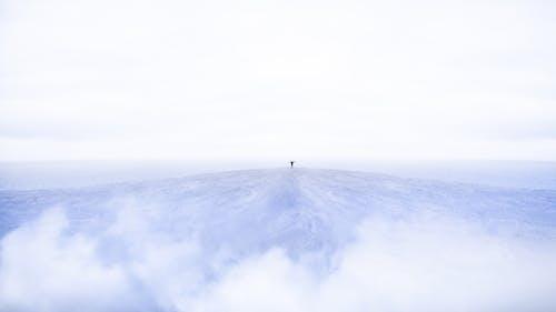 Orang Yang Berdiri Di Puncak Gunung