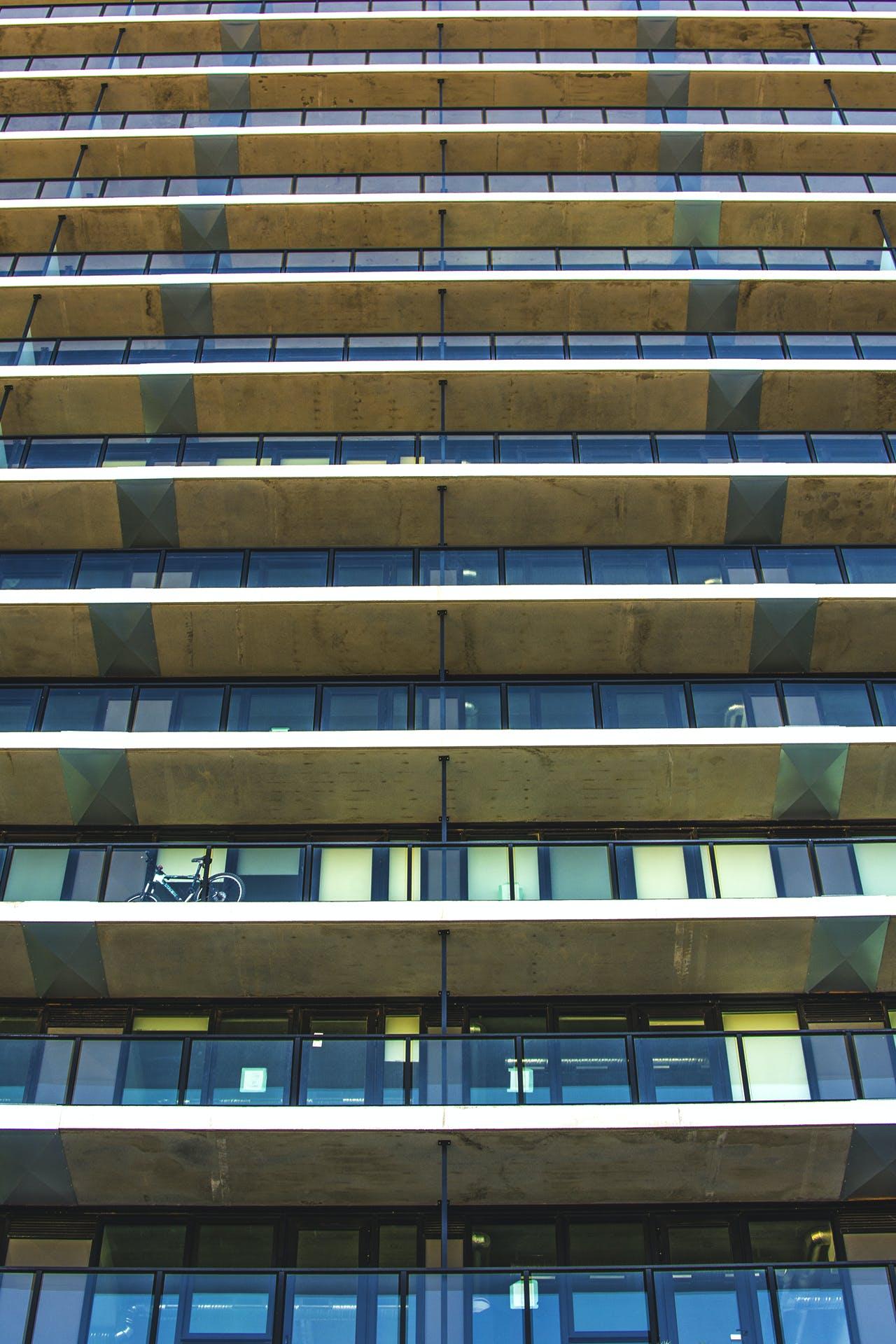 apartman binası, bakış açısı, bardak, bina içeren Ücretsiz stok fotoğraf