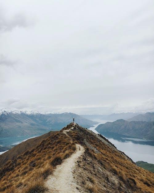 Kostenloses Stock Foto zu abenteuer, aussicht, bergsteiger, bewölkt