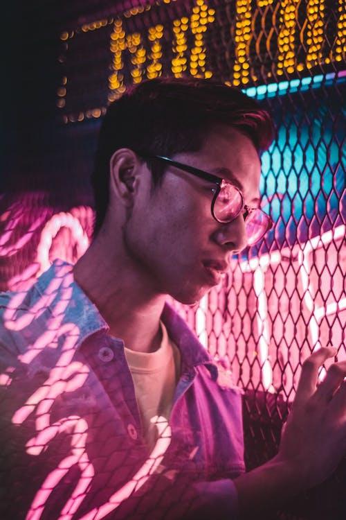 Ingyenes stockfotó arckifejezés, ázsiai férfi, ázsiai személy, drótháló témában