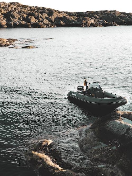 Δωρεάν στοκ φωτογραφιών με αναψυχή, βάρκα, βαρκάρης, βράχια