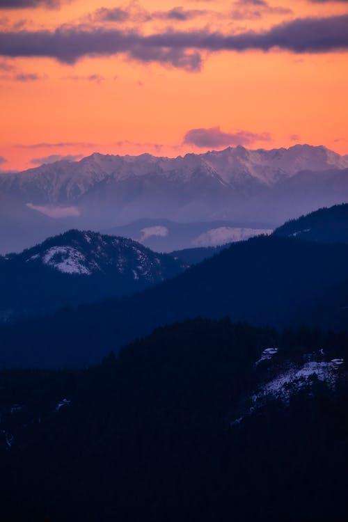 açık hava, akşam karanlığı, arkadan aydınlatılmış, dağ içeren Ücretsiz stok fotoğraf