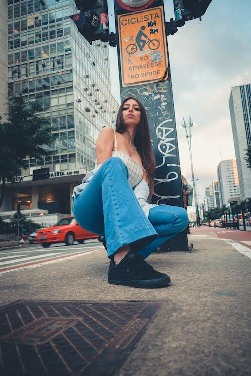 Бесплатное стоковое фото с автомобили, брюнетка, женщина, красивая