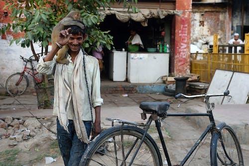 açık hava, adam, ayakta, bisiklet içeren Ücretsiz stok fotoğraf