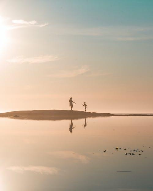 Foto d'estoc gratuïta de a l'aire lliure, aigua, alba, barra de sorra