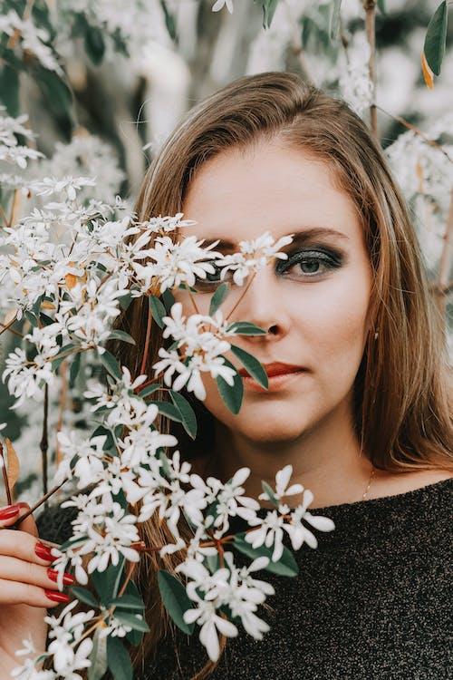 Kostenloses Stock Foto zu augen makeup, blätter, blond, blumen